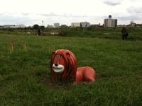 住宅地に突如現れる、ライオン